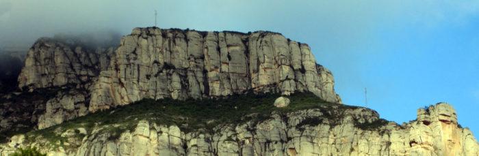 La Roca del Corb queda per sota del Monestir i sobre Mullapans