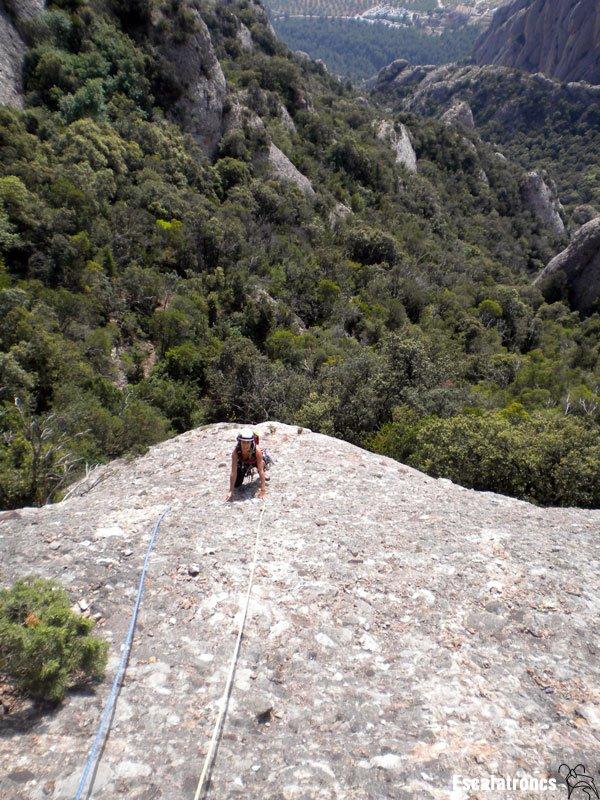 Na Paula grimpant el primer llarg