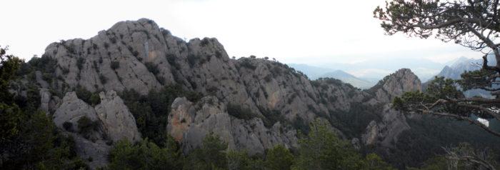 Vessant sud de la Roca Subirana, per on transcorren les vies
