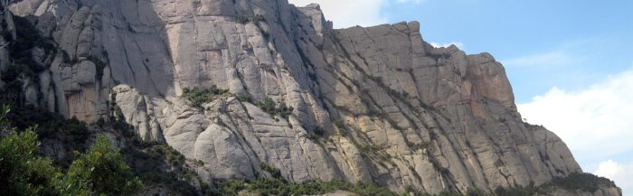 La Paret de l'Aeri en primer terme i el Serrat del Moro, vertiginosos barrancs del nord montserratí