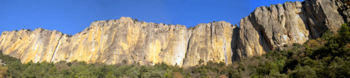 Muralla assolellada, el vessant sud de Busa esdevé l'hàbitat perfecte dels voltors i els grimpaires més romàntics