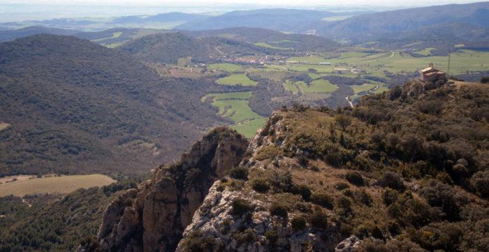 L'ermita de Montalegre s'emmiralla en els ufanosos camps en una primavera que ja ha arribat